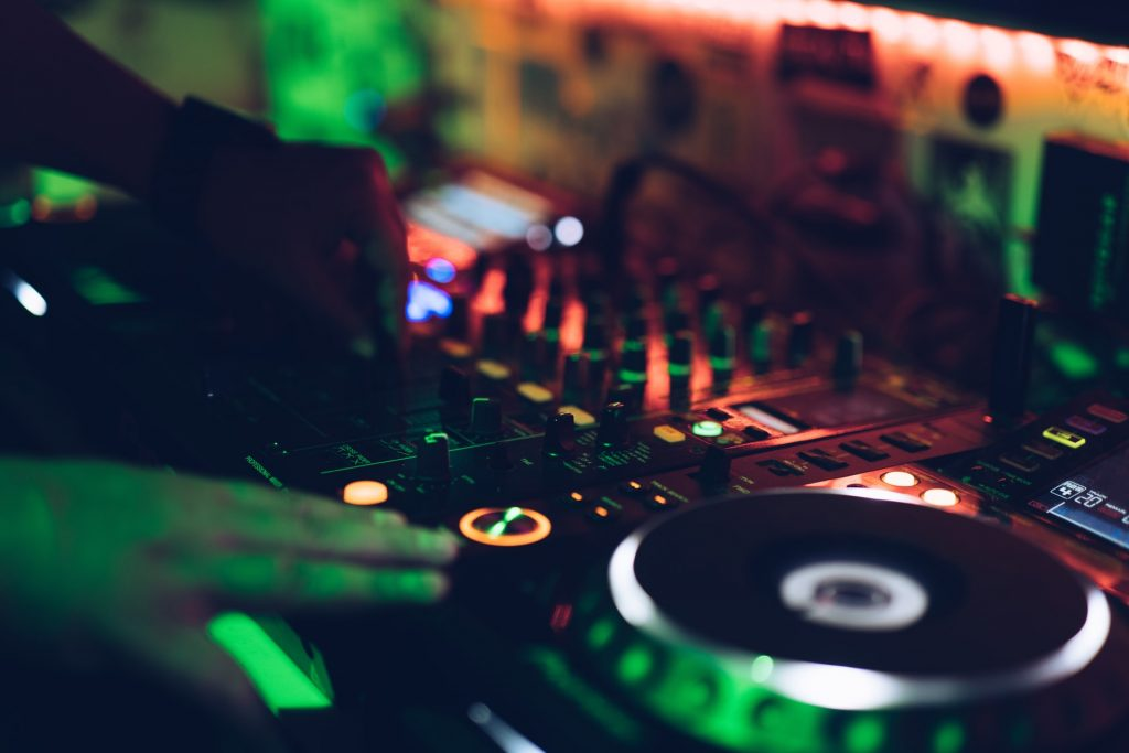 Band or DJ for a Wedding Reception? (How To Choose)